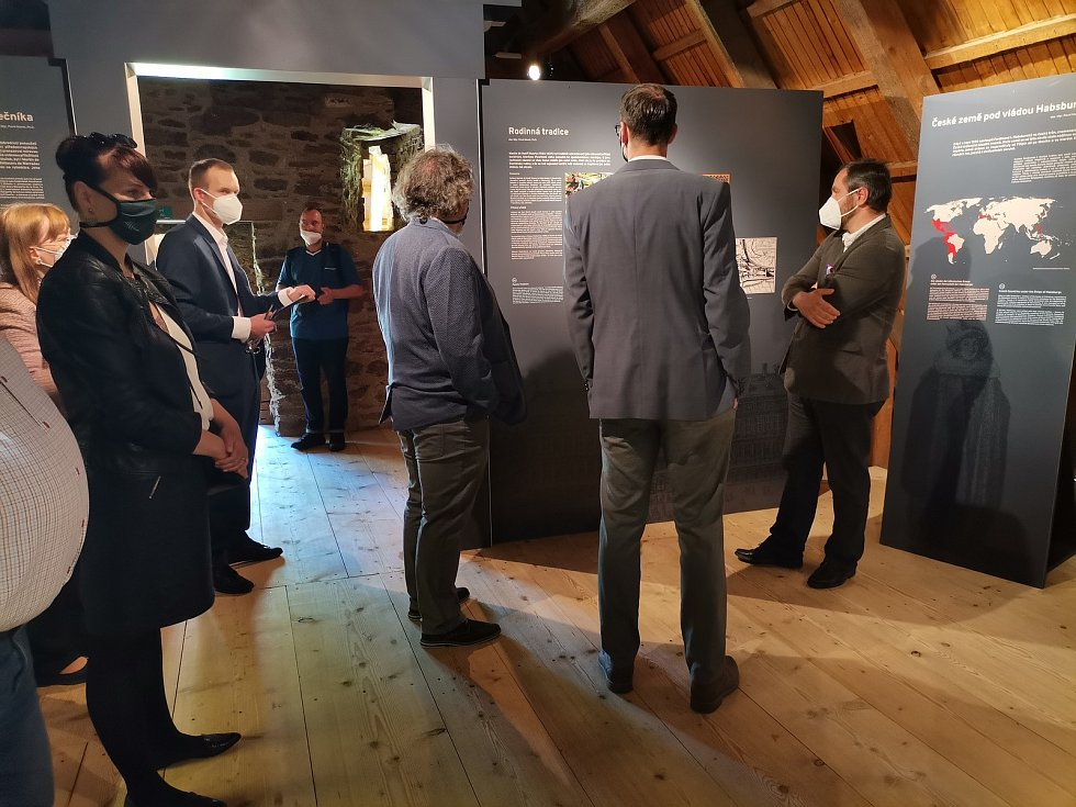 Zahájení výstavy Krajina míru, pole války na hradě ve Velharticích.