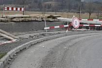 Kruhový objezd Pod Borem v Klatovech je níže minimálně o půl metru než napojovaná silnice