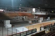 Na klatovském zimním stadionu se v pondělí 9. června začala pokládat palubovka na MS v basketbale.