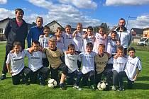 TO JSOU ONI, ŠAMPIONI! Výběr fotbalistů okresu Klatovy do dvanácti let na turnaji v Rakové dominoval.