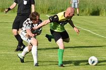 Svéradice (na archivním snímku hráči v kostkovaných dresech) porazily FK Žákava 3:2. Jako první soupeře obraly o body.