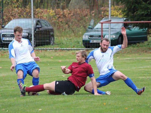 Fotbalisté Pačejova (na archivním snímku hráči vbílých dresech) porazili vderby Vrhaveč vpenaltovém rozstřelu. Po 90minutách skončil duel nerozhodně 2:2.