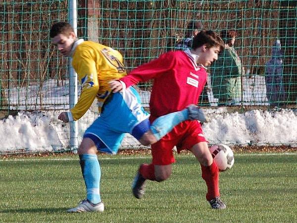 NA SUŠICKÉM  hřišti se bojovalo ve finále, ve kterém vyhrál Nepomuk (žluté dresy) nad domácím týmem, o každý míč.
