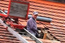 Opravy krovů a výměna střešní krytiny se realizují v těchto dnech na zámku v Plánici.