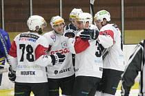 II. liga: SHC Klatovy (v bílém) - HC Jindřichův Hradec 9:3.