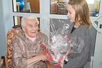 MARIE STRNADOVÁ oslavila své 100. narozeniny. Mezi gratulanty byla i její prapravnučka Nela (na snímku).