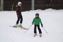 Lyžování v lyžařském areálu v Nýrsku.