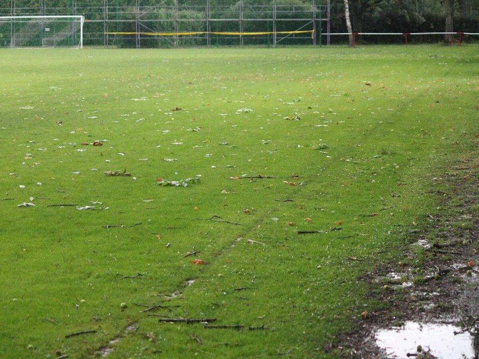 Takhle vypadalo hřiště v Lubech po nedělní bouřce.