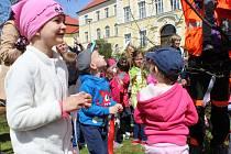 Děti ze školek v Kašperských Horách a v Grafenau společně vyzdobily stromy v parčíku naproti kašperskohorské základní škole.