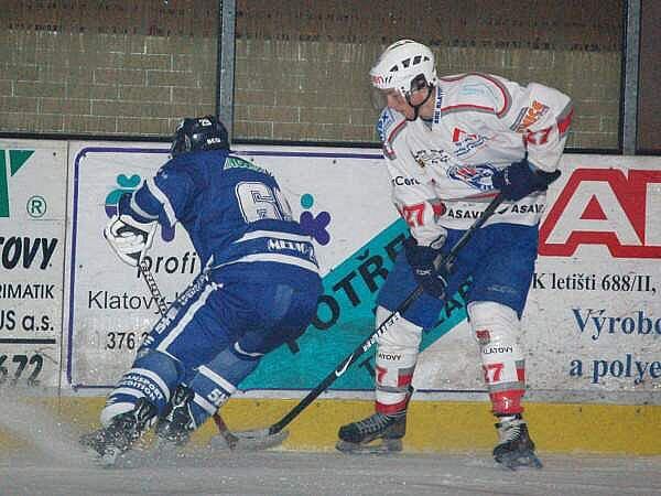 Junioři HC Klatovy (bílý dres) doma remizovali s Kralupy nad Vltavou 4:4.