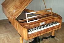 Šestipedálový klavír, který byl vyroben v roce 1827