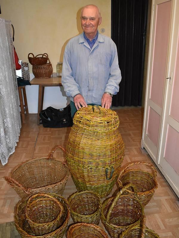 Kromě pletení košíků je koníčkem Petra Hellera (79) sport.