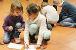 Vernisáž výstavy v knihovně v Klatovech.