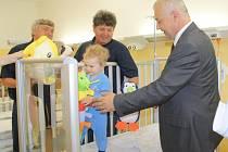 Klatovská nemocnice dostala dárky a jako první na světě používá nové postýlky.