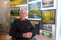 Ladislav Turner se svými obrazy.