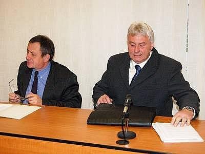 Václav Toman (vpravo) u klatovského soudu
