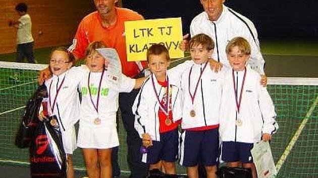 Na snímku je úspěšné klatovské družstvo. Zleva: Simona Kadlecová, Kateřina Čiháková, Lukáš Janoušek, Jakub Šmíd, Jakub Lukš a  vzadu stojící kapitáni  Pavel Čihák, Milan Janoušek.