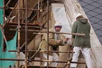 Nová omítka bude na západní a jižní straně farní budovy v Klatovech opravena ještě letos, zbytek do konce června příštího roku .
