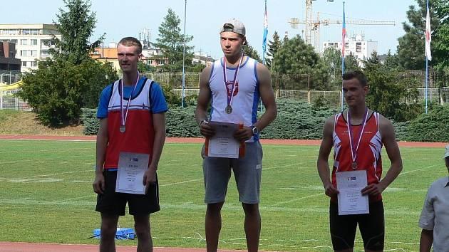 Jiří Bešta (vlevo) z Atletiky Klatovy vybojoval na mistrovství ČR v desetiboji mezi juniory stříbrnou medaili
