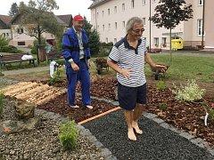 Nový Kneippův chodník v domově v Bystřici nad Úhlavou.