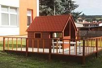 Děti se dočkaly dřevěného domečku na zahradě.
