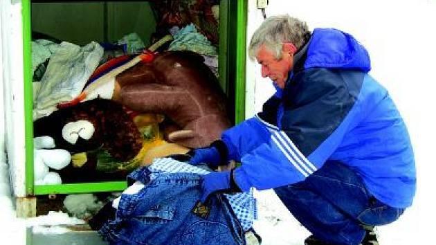 Kontejnery na obnošené šatstvo, které provozuje na třech místech v Klatovech Český červený kříž, jsou sice pravidelně zaplňovány, ale lidé si je mnohdy pletou s popelnicemi a házejí do nich běžný domácí odpad.
