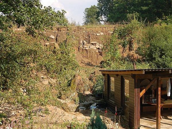 V Komušíně hrozí protržení hráze rybníka
