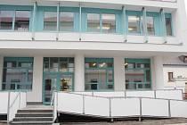 Část budovy ZŠ Plánická, kde bude místo lékárny klub seniorů a odborné učebny pro školu.