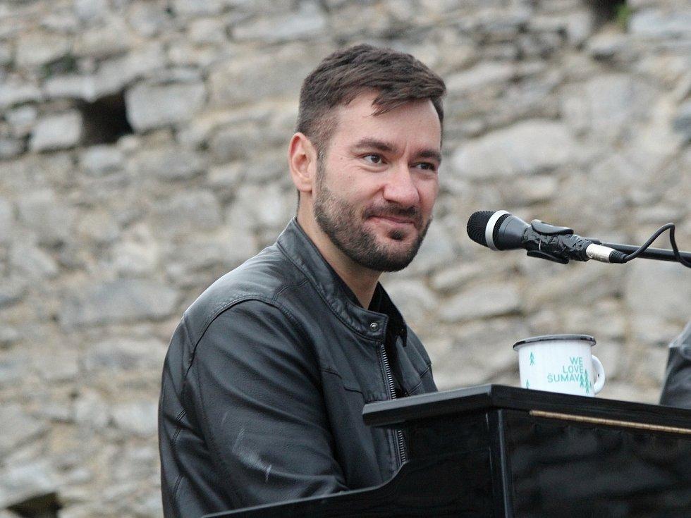 Koncert Marka Ztraceného za čistou Šumavu na Kašperku.