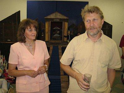 Pondělní vernisáže výstavy loutek na Modravě se zúčastnila krajská radní Olga Kalčíková a autor výstavy, loutkař František Watzl. Pimprlata si můžete prohlédnout až do konce srpna.