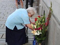 """Pietní akt na náměstí Míru v Klatovech - vzpomínka na oběti okupace Československa """"spřátelenými"""" vojsky dne 21. 8. 1968."""