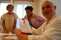 Zaměstnanci Klatovské nemocnice se včera sešli v prostorách jídelny, aby se seznámili s důvody stávky. V popředí předseda jedné z odborových organizací Zdeněk Bytel.