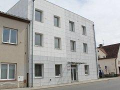 Budova bývalého Stavebního podniku v Klatovech s byty.