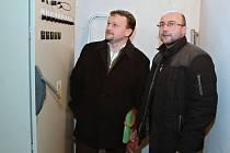 Milan Plíhal a Pavel Kaňák u rozvaděče, který je srdcem i mozkem nového osvětlení.