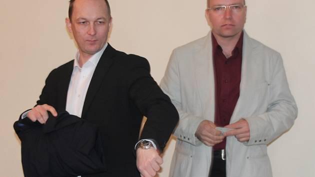 Viktor Kopecký (vpravo) u klatovského soudu.