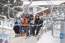 Lyžaři na Špičáku v sobotu 4. prosince ráno
