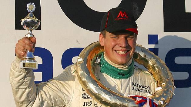 Takhle si předminulý víkend Otakar Výborný vychutnal vítězství v divizi 1 při závodě mezinárodního mistrovství republiky v Sosnové.