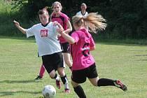 Letní Dívčí amatérská fotbalová liga: Kobra Stars (v růžovém) - Vodní Panterky 3:2.