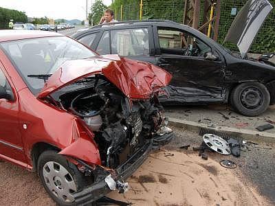 Kvůli této srážce odešel Vladimír Vodrážka (na snímku telefonuje za svým autem) od soudu s podmínkou