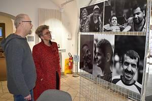 Fotograf Petr Bouda s ředitelkou DOZP v Bystřici Kateřinou Šimkovou a jeho snímky.