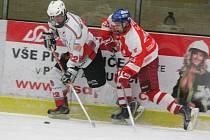 Krajská liga juniorů: HC Klatovy (v bílém) - TJ DDM České Budějovice 7:2.