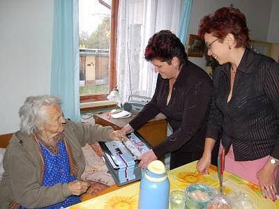Volební lístek vhodila do přenosné urny i nejstarší obyvateka Předslavi Anna Kopejtková (88), za kterou došly členky volební komise Dana Krásnická a Martina Zíková (vpravo) až domů.