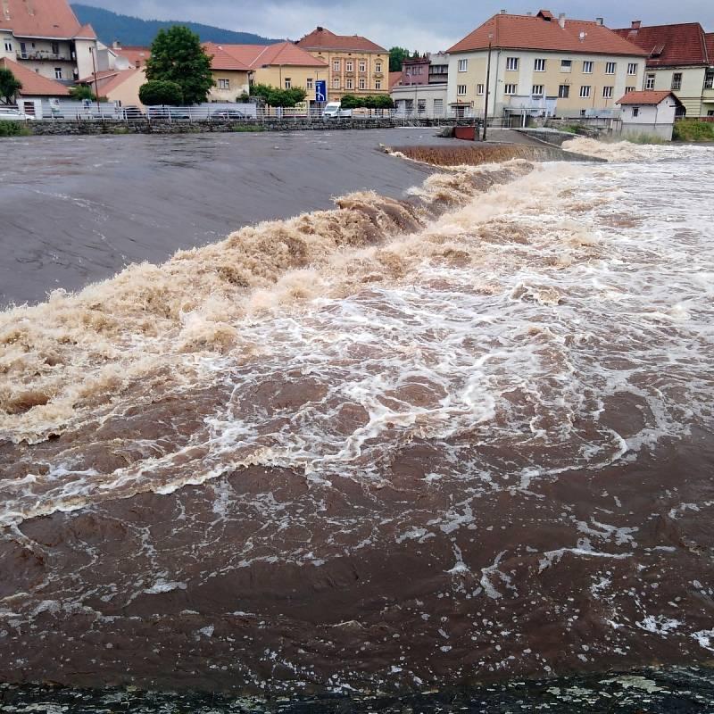 Rozvodněná Otava v Sušici.
