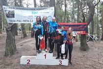 Klatovští závodníci se v Rakovníku neztratili. Na snímku druhá zleva klatovská závodnice Nikola Hodlová, která ovládla kategorii dívek do patnácti let.