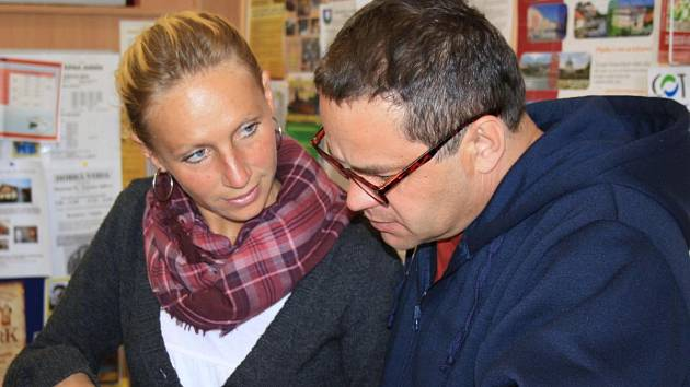 Michala Tomanová radí turistovi v infocentru v Klatovech