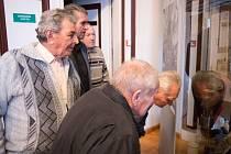 Lidé si prohlížejí novou expozici v klatovském muzeu.
