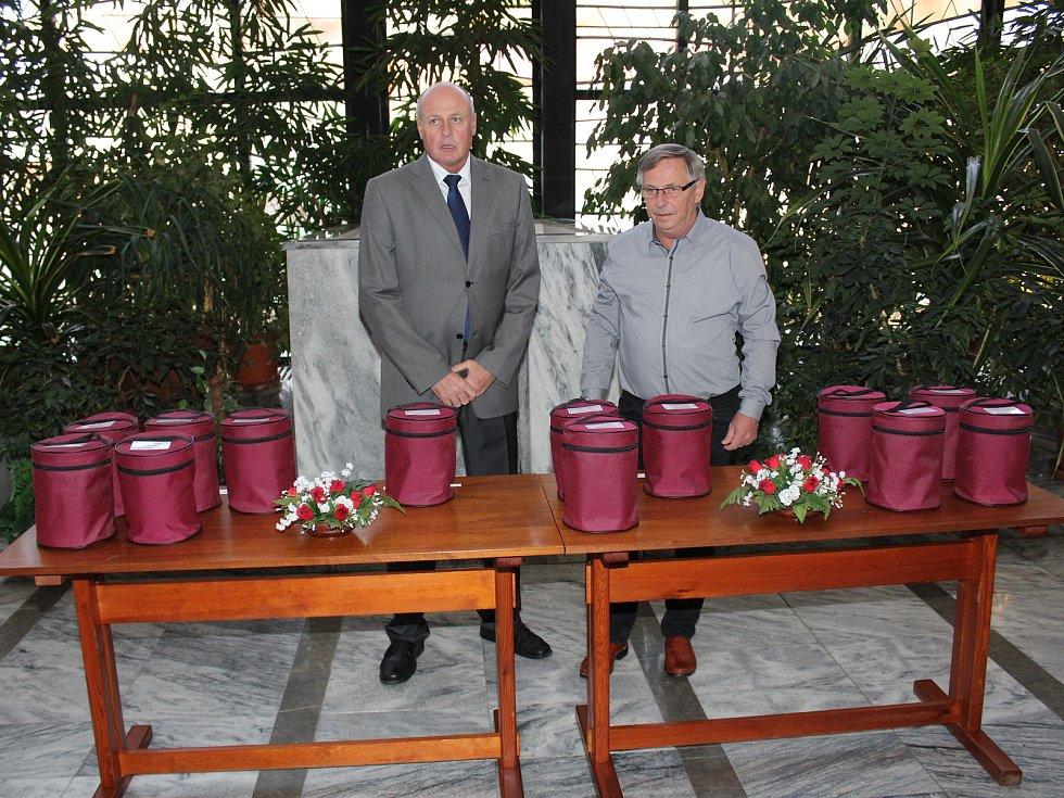 Pozůstalí si v klatovském krematoriu vyzvedli urny s ostatky lidí popravených za druhé světové války.