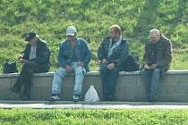 Čtveřice mužů na stráni nad Tescem, která podle svědků obtěžuje kolemjdoucí.