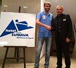 Jaroslav Hranička se rád fotil se známými lidmi a snímky zveřejňoval na hotelovém facebooku.
