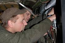 Otakar Kristofovič (vpředu) a Oldřich Vlček, které jsme zastihli při opravě Tatry 815, patří mezi více než tři sta vojáků, kteří slouží v Klatovech